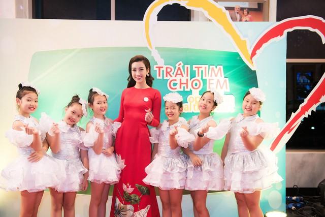 Hoa hậu Đỗ Mỹ Linh rạng ngời bên các em nhỏ trong Gala 10 năm Trái tim cho em - Ảnh 3.
