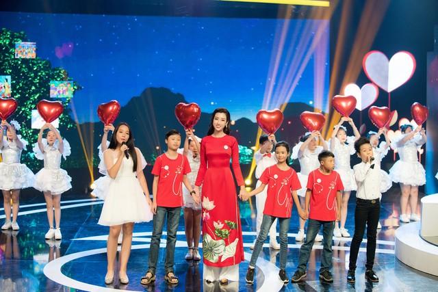 Hoa hậu Đỗ Mỹ Linh rạng ngời bên các em nhỏ trong Gala 10 năm Trái tim cho em - Ảnh 6.