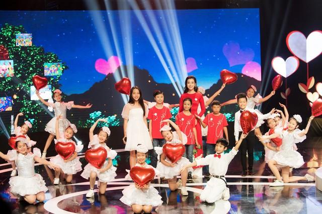 Hoa hậu Đỗ Mỹ Linh rạng ngời bên các em nhỏ trong Gala 10 năm Trái tim cho em - Ảnh 1.