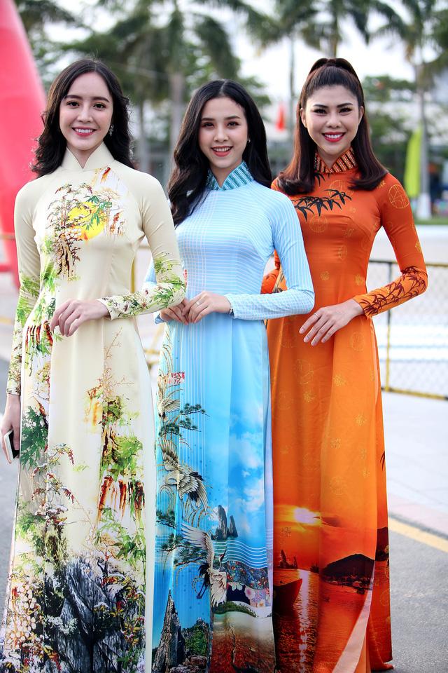 Á hậu Thuý An tham gia diễu hành xích lô tại quê nhà - Ảnh 4.