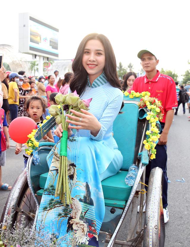 Á hậu Thuý An tham gia diễu hành xích lô tại quê nhà - Ảnh 3.