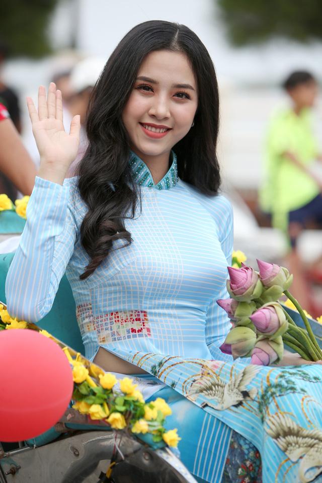 Á hậu Thuý An tham gia diễu hành xích lô tại quê nhà - Ảnh 1.
