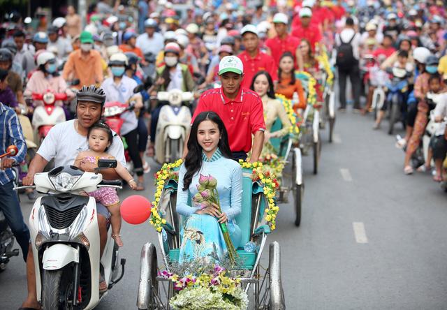 Á hậu Thuý An tham gia diễu hành xích lô tại quê nhà - Ảnh 2.