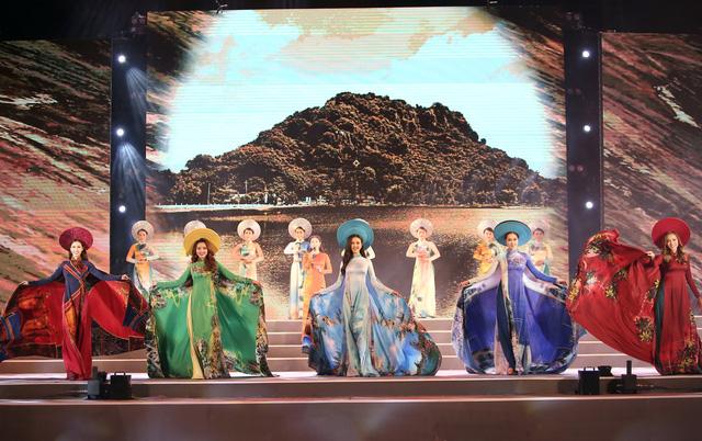 Á hậu Thuý An tham gia diễu hành xích lô tại quê nhà - Ảnh 6.