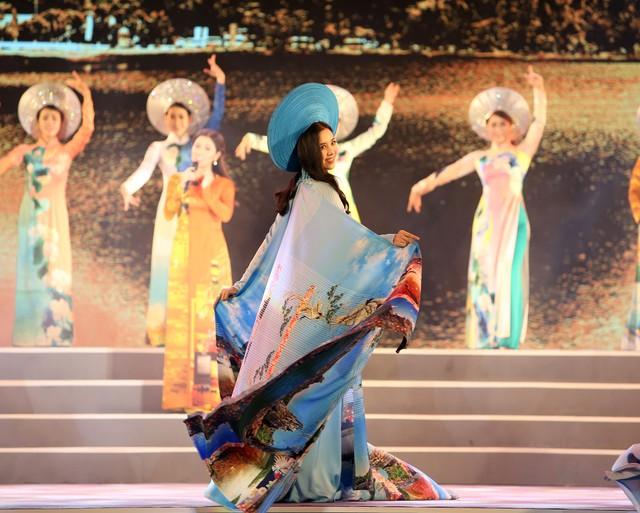 Á hậu Thuý An tham gia diễu hành xích lô tại quê nhà - Ảnh 5.