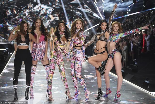 Siêu mẫu bạch tạng Winnie Harloe nổi bật tại Victorias Secret Fashion Show 2018 - Ảnh 1.