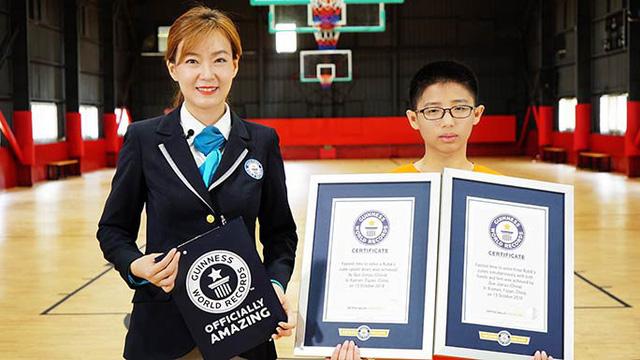 Kỷ lục giải 3 khối rubik bằng tay và chân - Ảnh 1.
