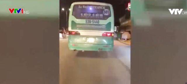 Sẽ xử lý nghiêm xe bus leo vỉa hè, phóng bạt mạng ở TP.HCM - Ảnh 1.