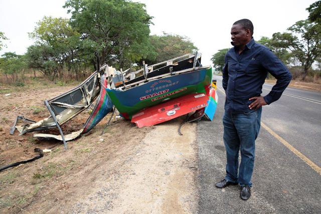 Tai nạn xe bus ở Zimbabwe, ít nhất 47 người thiệt mạng - Ảnh 1.
