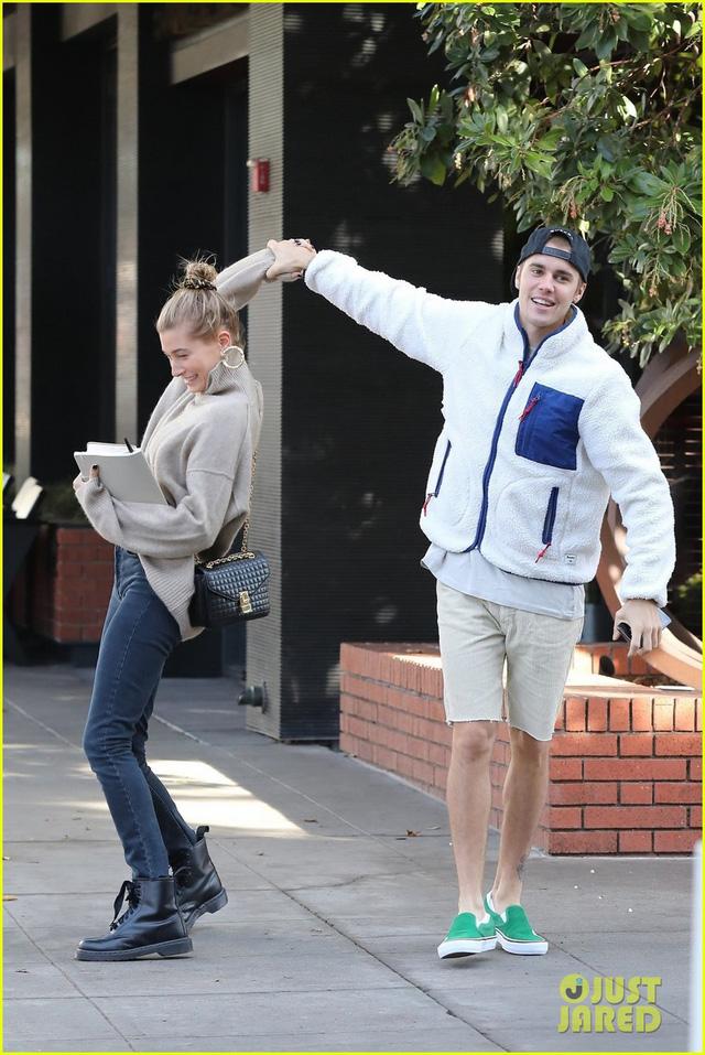 Dễ thương chưa, Justin Bieber khiêu vũ với vợ trên đường phố - Ảnh 1.