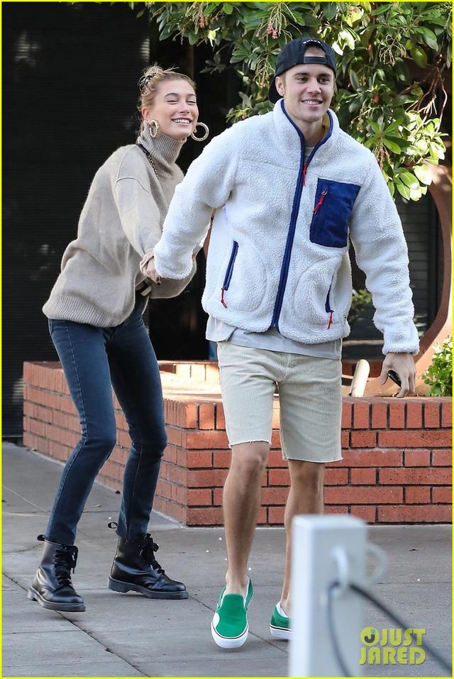 Dễ thương chưa, Justin Bieber khiêu vũ với vợ trên đường phố - Ảnh 4.