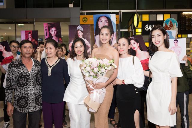 Hoa hậu Mỹ Linh ra sân bay đón Tiểu Vy trở về từ Miss World 2018 - Ảnh 1.