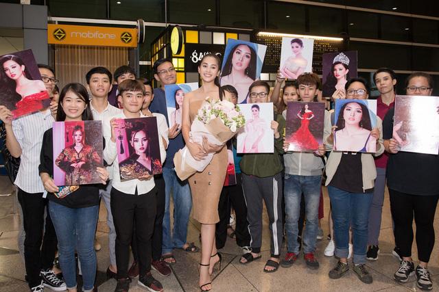 Hoa hậu Mỹ Linh ra sân bay đón Tiểu Vy trở về từ Miss World 2018 - Ảnh 8.