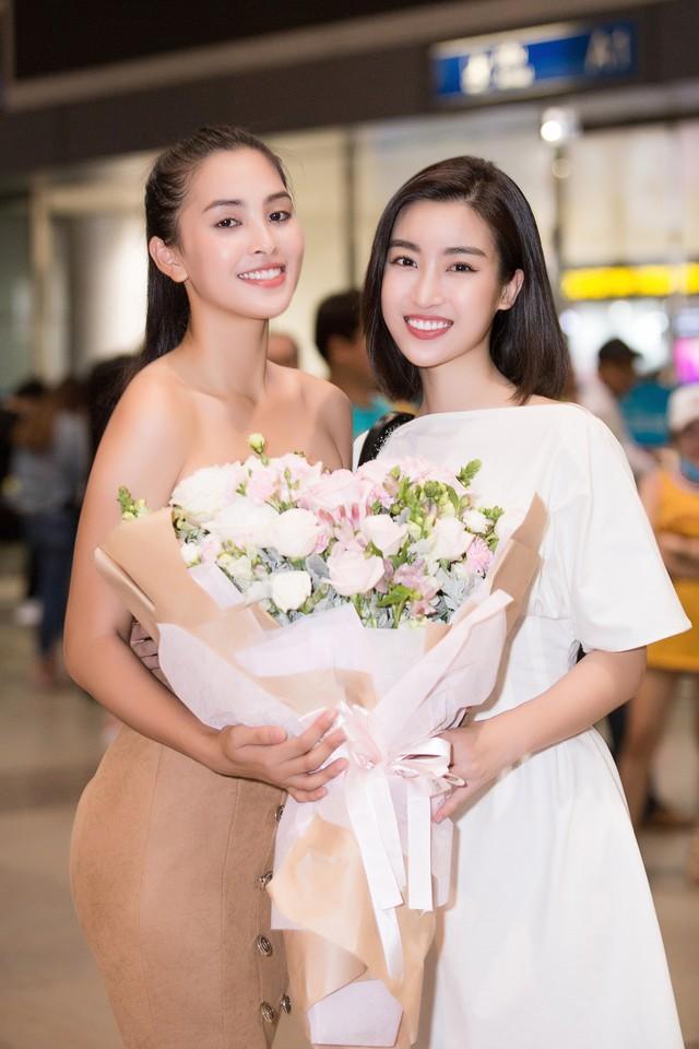 Hoa hậu Mỹ Linh ra sân bay đón Tiểu Vy trở về từ Miss World 2018 - Ảnh 2.