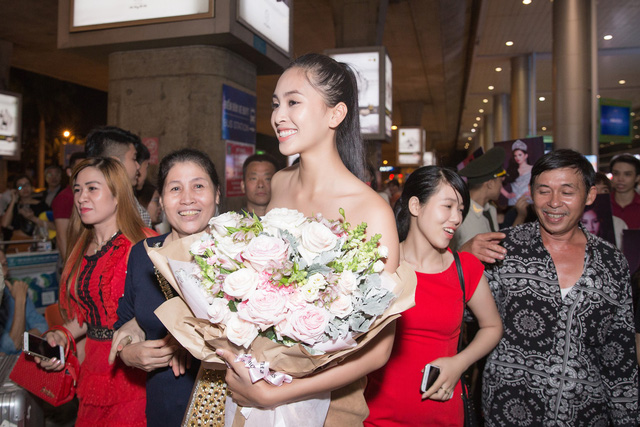 Hoa hậu Mỹ Linh ra sân bay đón Tiểu Vy trở về từ Miss World 2018 - Ảnh 7.