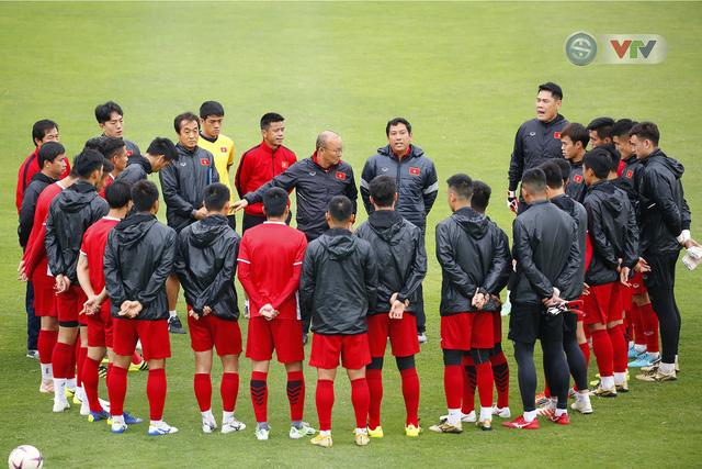 ẢNH: ĐT Việt Nam tập buổi đầu tiên sau khi trở về từ Malaysia - Ảnh 1.