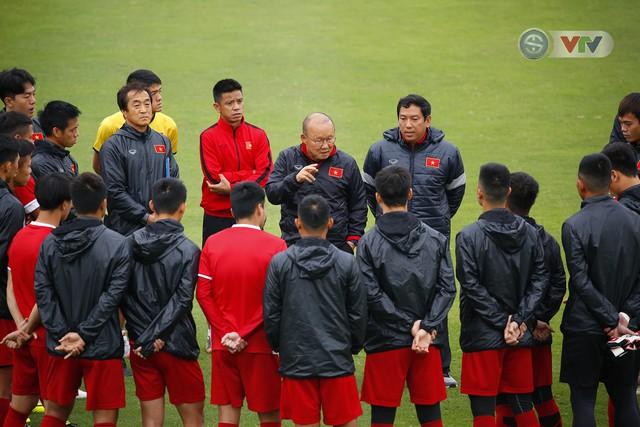 ẢNH: ĐT Việt Nam tập buổi đầu tiên sau khi trở về từ Malaysia - Ảnh 2.