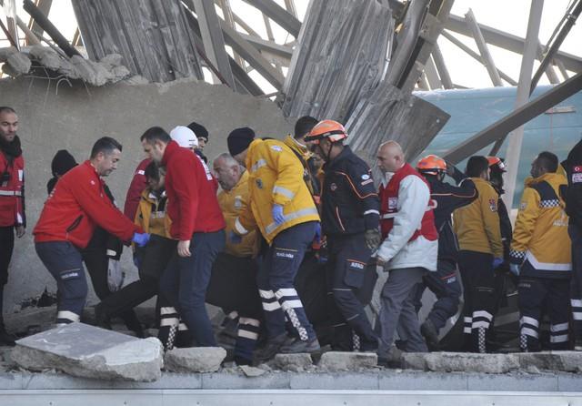 Tai nạn tàu cao tốc ở Thổ Nhĩ Kỳ, hàng chục người thương vong - Ảnh 4.