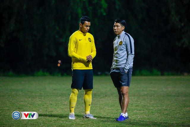 ẢNH: ĐT Malaysia tập dưới trời rét chuẩn bị cho chung kết lượt về AFF Cup - Ảnh 1.