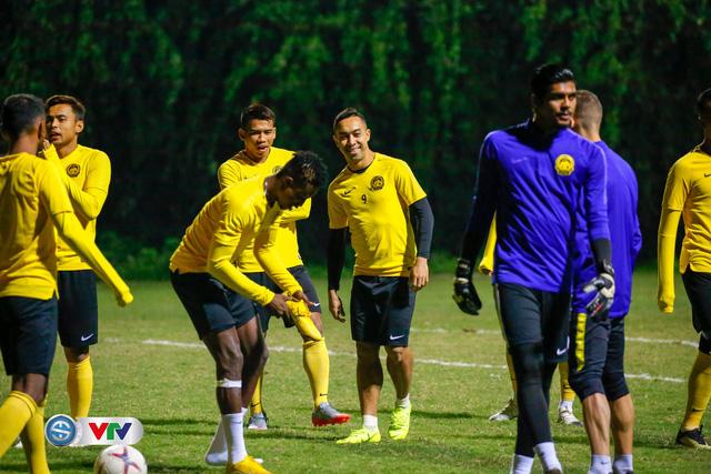 ẢNH: ĐT Malaysia tập dưới trời rét chuẩn bị cho chung kết lượt về AFF Cup - Ảnh 2.