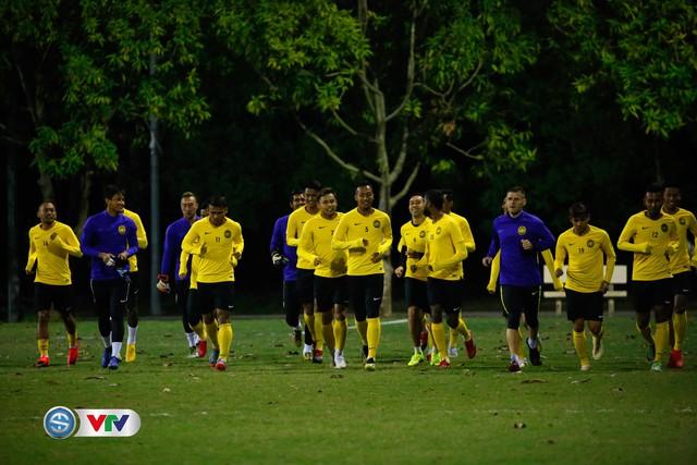 ẢNH: ĐT Malaysia tập dưới trời rét chuẩn bị cho chung kết lượt về AFF Cup - Ảnh 4.