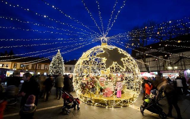 Chợ Giáng sinh lung linh kỳ ảo khiến du khách mê mẩn lạc lối - Ảnh 4.