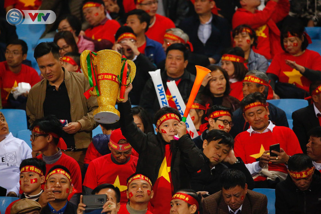 ẢNH: Rực rỡ sắc màu CĐV trên khán đài sân Mỹ Đình trận chung kết ĐT Việt Nam - ĐT Malaysia - Ảnh 14.
