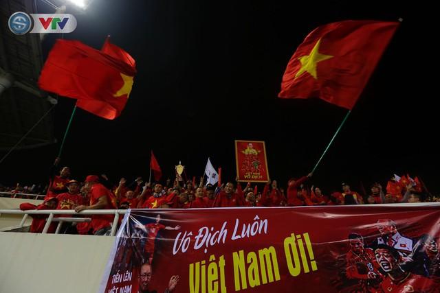 ẢNH: Rực rỡ sắc màu CĐV trên khán đài sân Mỹ Đình trận chung kết ĐT Việt Nam - ĐT Malaysia - Ảnh 13.