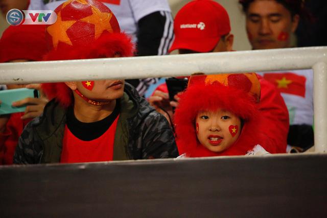 ẢNH: Rực rỡ sắc màu CĐV trên khán đài sân Mỹ Đình trận chung kết ĐT Việt Nam - ĐT Malaysia - Ảnh 12.