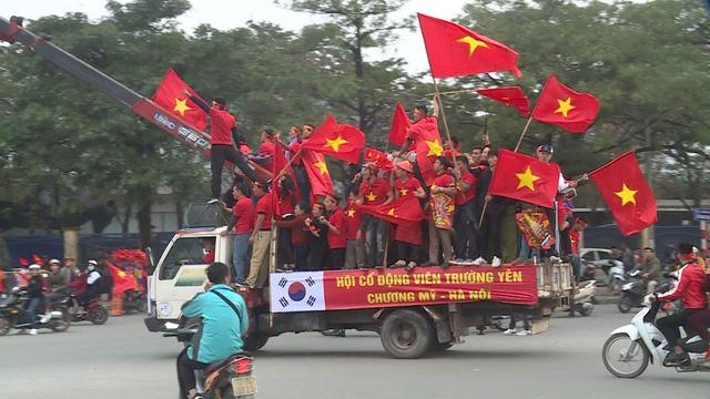 Hà Nội rực sắc đỏ trong ngày diễn ra chung kết AFF Cup 2018 - Ảnh 1.