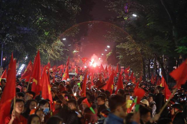 Sung sướng tột cùng, người dân đổ ra đường ăn mừng chức vô địch AFF Cup 2018 - Ảnh 4.