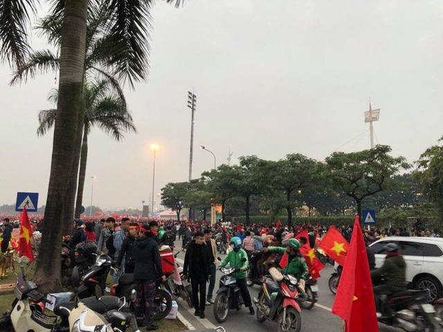 Hà Nội rực sắc đỏ trong ngày diễn ra chung kết AFF Cup 2018 - Ảnh 2.