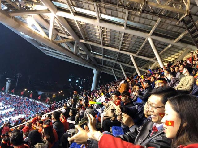 Hà Nội rực sắc đỏ trong ngày diễn ra chung kết AFF Cup 2018 - Ảnh 10.