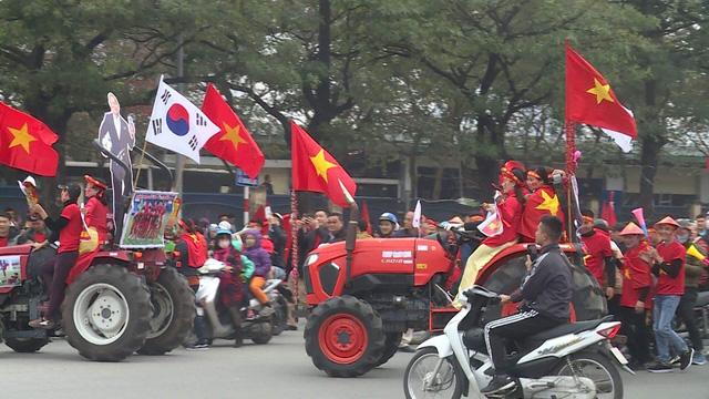 Hà Nội rực sắc đỏ trong ngày diễn ra chung kết AFF Cup 2018 - Ảnh 3.