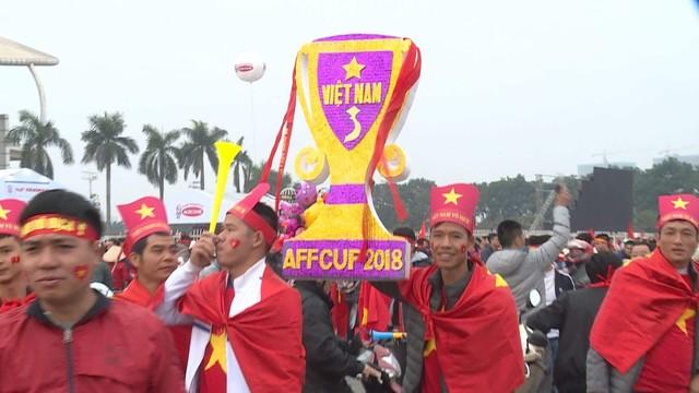 Hà Nội rực sắc đỏ trong ngày diễn ra chung kết AFF Cup 2018 - Ảnh 7.