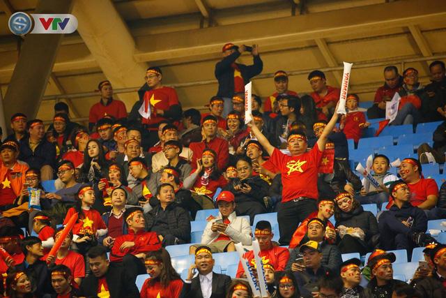 ẢNH: Rực rỡ sắc màu CĐV trên khán đài sân Mỹ Đình trận chung kết ĐT Việt Nam - ĐT Malaysia - Ảnh 10.