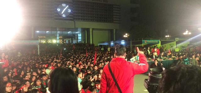 Hà Nội rực sắc đỏ trong ngày diễn ra chung kết AFF Cup 2018 - Ảnh 9.