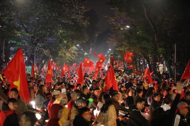 Sung sướng tột cùng, người dân đổ ra đường ăn mừng chức vô địch AFF Cup 2018 - Ảnh 3.