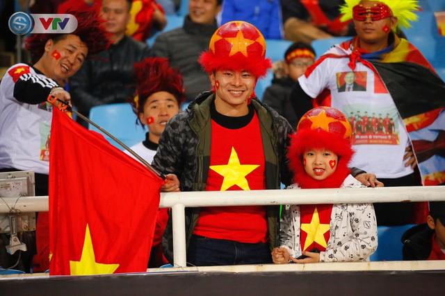 ẢNH: Rực rỡ sắc màu CĐV trên khán đài sân Mỹ Đình trận chung kết ĐT Việt Nam - ĐT Malaysia - Ảnh 9.