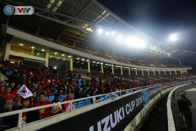 ẢNH: Rực rỡ sắc màu CĐV trên khán đài sân Mỹ Đình trận chung kết ĐT Việt Nam - ĐT Malaysia - Ảnh 8.