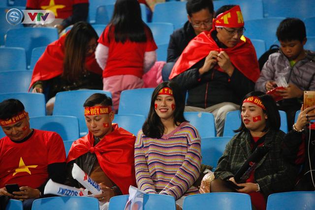 ẢNH: Rực rỡ sắc màu CĐV trên khán đài sân Mỹ Đình trận chung kết ĐT Việt Nam - ĐT Malaysia - Ảnh 7.