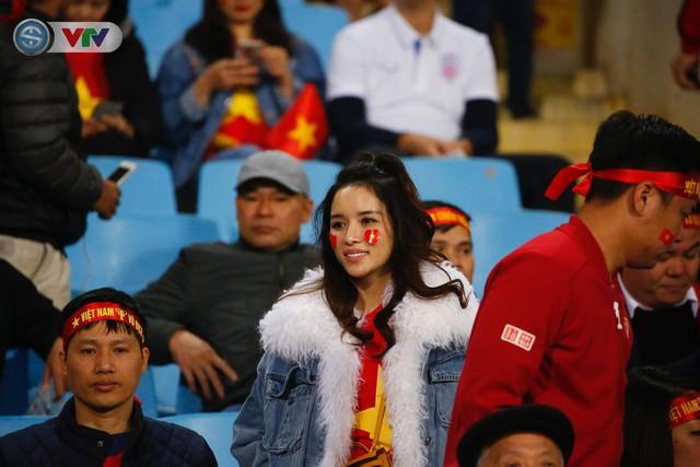 ẢNH: Rực rỡ sắc màu CĐV trên khán đài sân Mỹ Đình trận chung kết ĐT Việt Nam - ĐT Malaysia - Ảnh 3.