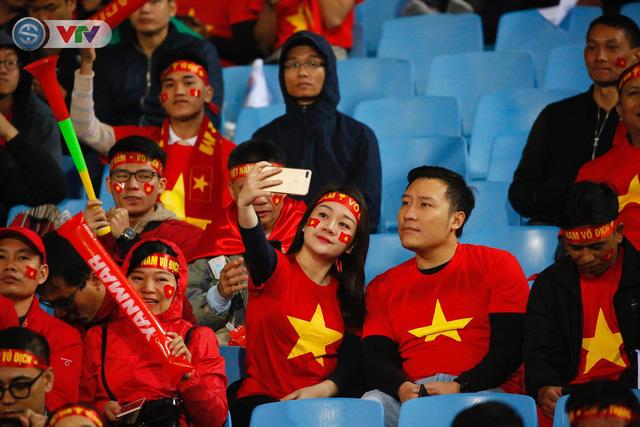 ẢNH: Rực rỡ sắc màu CĐV trên khán đài sân Mỹ Đình trận chung kết ĐT Việt Nam - ĐT Malaysia - Ảnh 1.