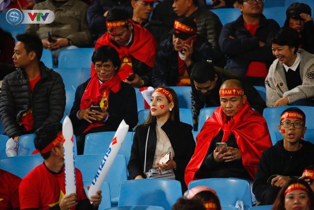 ẢNH: Rực rỡ sắc màu CĐV trên khán đài sân Mỹ Đình trận chung kết ĐT Việt Nam - ĐT Malaysia - Ảnh 5.