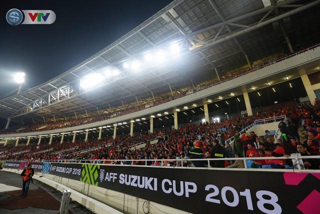 ẢNH: Rực rỡ sắc màu CĐV trên khán đài sân Mỹ Đình trận chung kết ĐT Việt Nam - ĐT Malaysia - Ảnh 6.