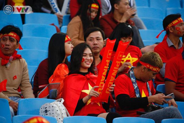 ẢNH: Rực rỡ sắc màu CĐV trên khán đài sân Mỹ Đình trận chung kết ĐT Việt Nam - ĐT Malaysia - Ảnh 4.