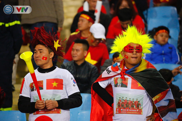 ẢNH: Rực rỡ sắc màu CĐV trên khán đài sân Mỹ Đình trận chung kết ĐT Việt Nam - ĐT Malaysia - Ảnh 2.