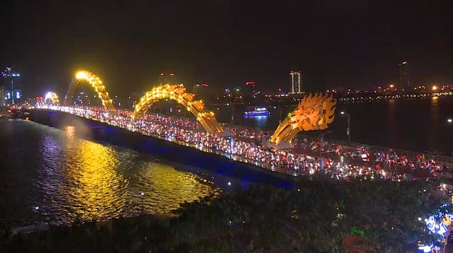 Người dân Đà Nẵng xuống đường ăn mừng tuyển Việt Nam giành cúp vàng AFF Cup 2018 - Ảnh 1.