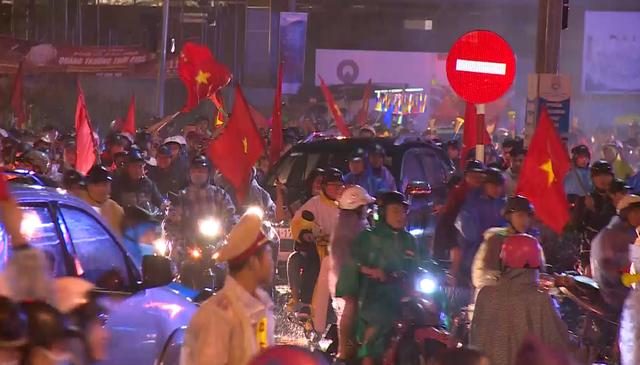 Người dân Đà Nẵng xuống đường ăn mừng tuyển Việt Nam giành cúp vàng AFF Cup 2018 - Ảnh 3.
