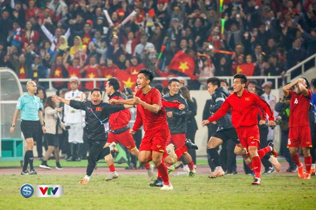 ẢNH: Khoảnh khắc ĐT Việt Nam vỡ òa khi giành chức vô địch lịch sử - Ảnh 1.
